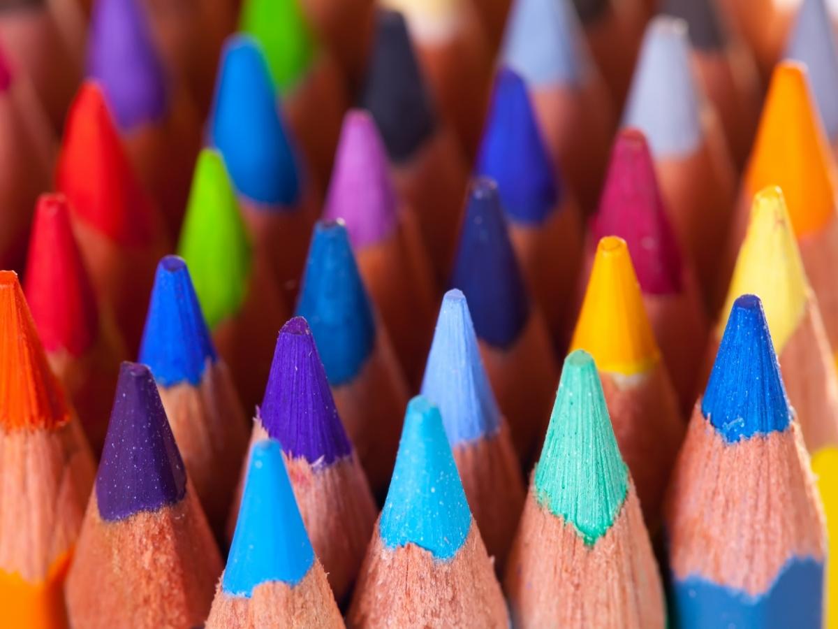 Foto: kleurpotloden met de punt naar boven