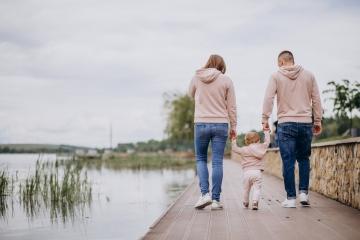 gezin wandelend naast een meer