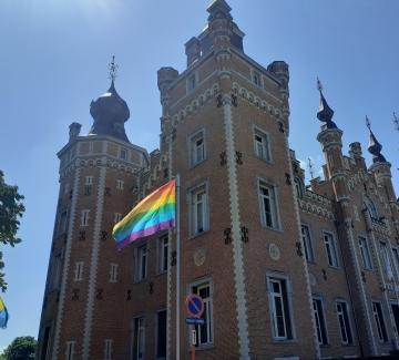 Regenboogvlag wappert