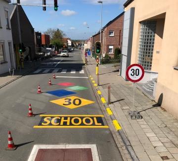 Foto van kleurige straatbeschildering aan school