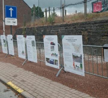 foto van de informatiepanelen aan het dorpsplein