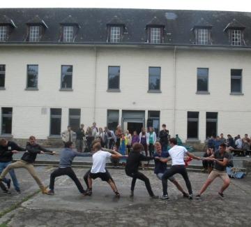 foto van jongeren aan het touwtrekken