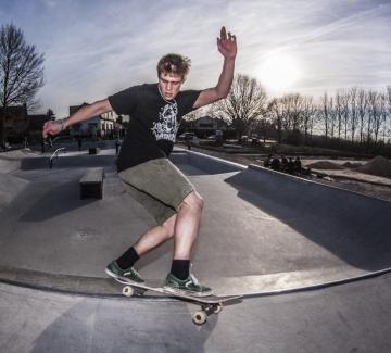 een jongen aan het skaten