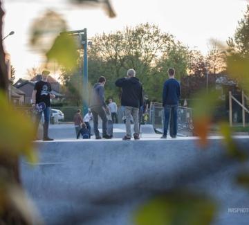Groep skaters op het skatepark
