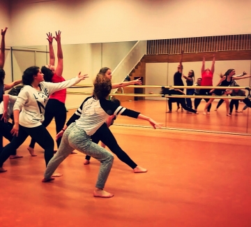 dansende leerlingen van de kunstacademie
