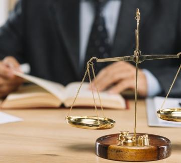 Foto van balans en advocaat