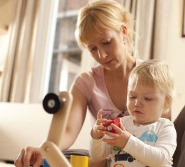 foto van spelend kind en verzorgster
