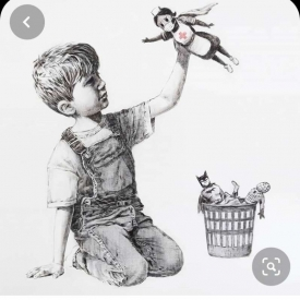zittend jongetje speelt met aap