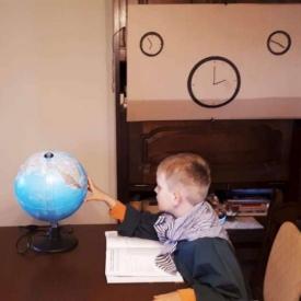 nabootsing schilderij wereldbol aanraken