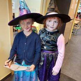 twee meisjes verkleed als heksjes