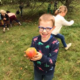 jongen toont appel
