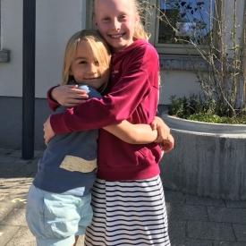 tutor meisjes knuffel
