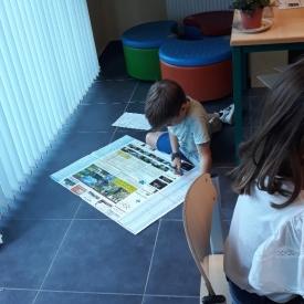 jongen op klasvloer kaartlezen