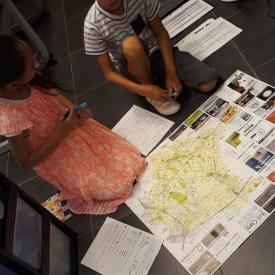 jongen meisje klasvloer kaartlezen Dilbeek