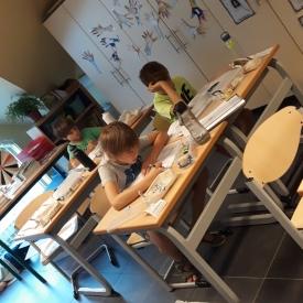 groepje kinderen klas werken