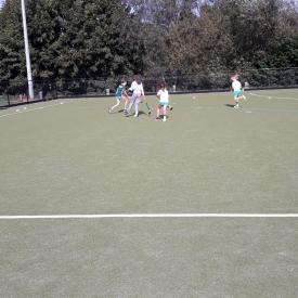 kinderen spelen hockey