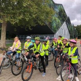groepje leerlingen op de fiets