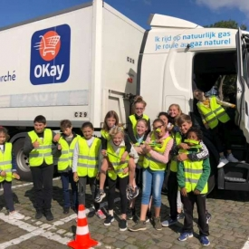 groep leerlingen bij vrachtwagen