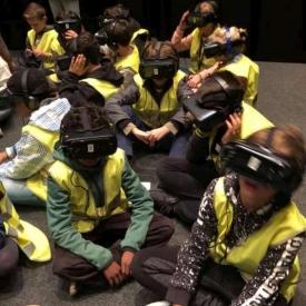 leerlingen met VR-bril