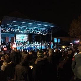 Foto van mensen op een podium 's avonds